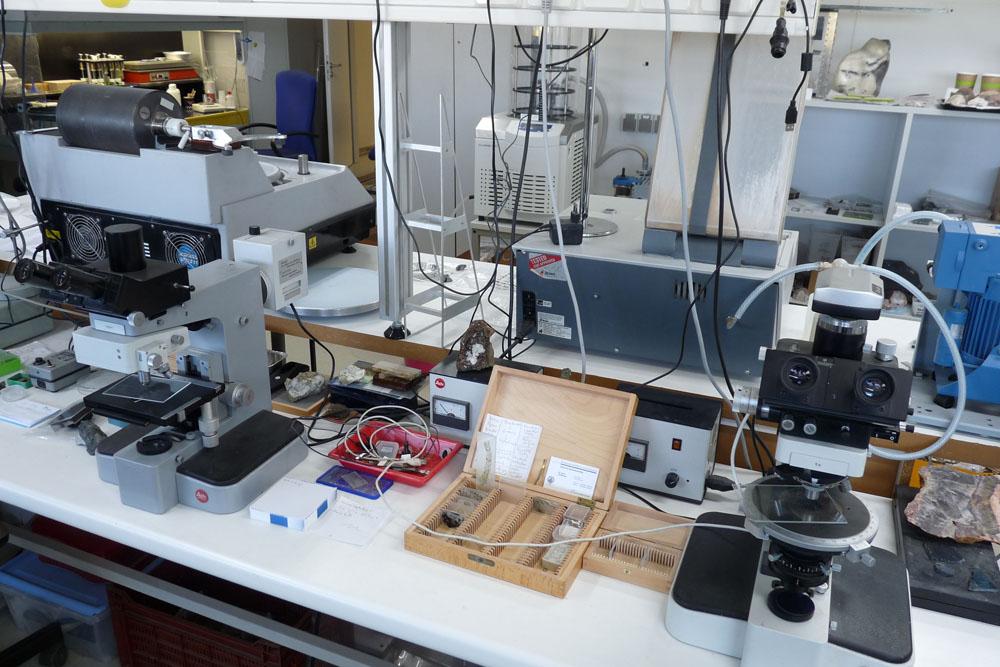 Mikroskope im Labor von mkfactory - Dünnschliffe im Kasten