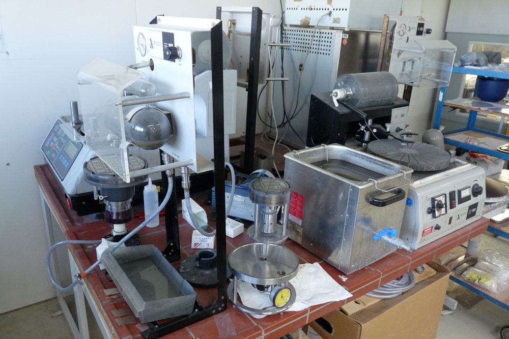 Schleifen und Läppen im Dünnschliff-Labor von mkfactory