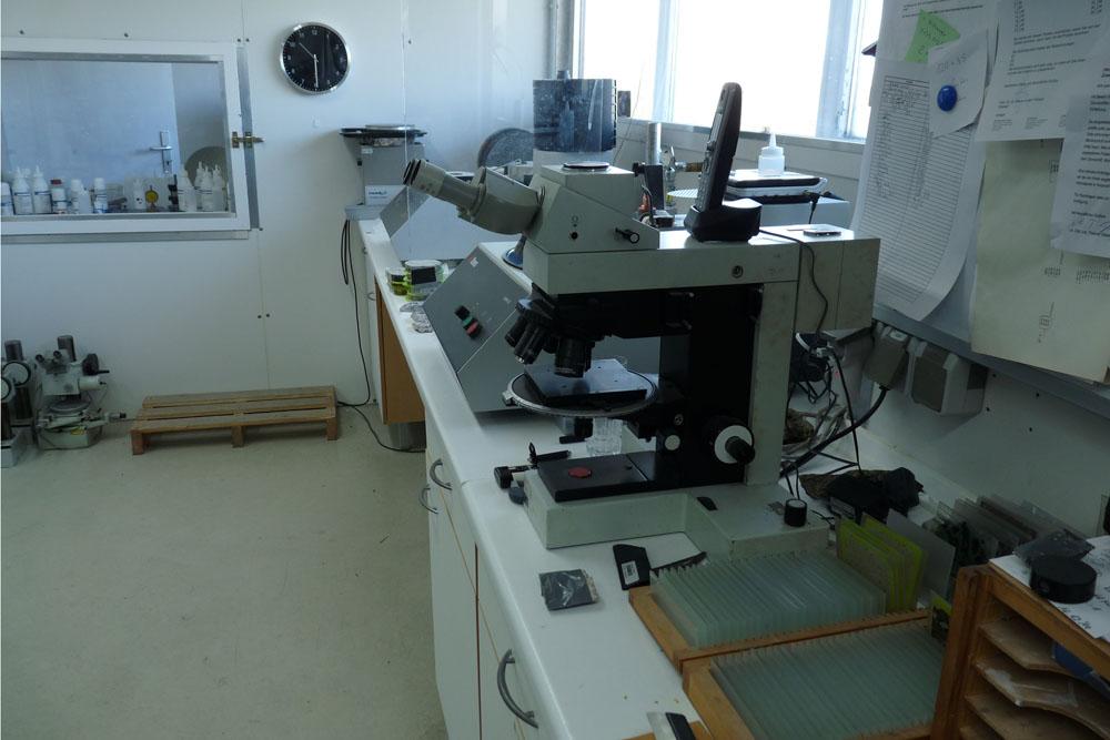 Mikroskop im Dünnschliff-Labor mkfactory